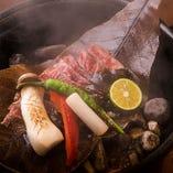 特選牛ロース朴葉みそ焼き 特選牛と朴葉がアツアツの石の上で石焼に! 朴葉の香りもお楽しみ下さい。