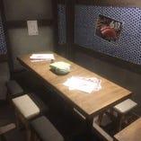 店内奥の中人数用テーブル席