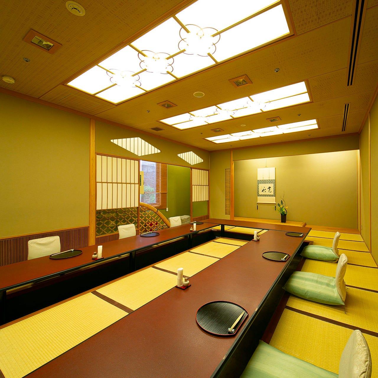 広々した大広間をゆったりした席配置でご利用いただけます