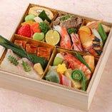 『季節弁当』 お祝いの席や法事などにもおすすめ。木箱で高級感もあります。
