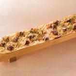 中落ちカルビのWガーリックロングピザ