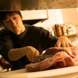 お肉の種類やサシの方向などをきちんと見極め、店内のキッチンで丁寧にスライスしています。