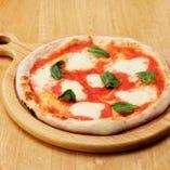 独自の配合と手ごねで作るこだわりの石窯ピザは絶品です!