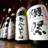 日本全国の名産地から取り寄せた地酒の数々