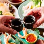 当店自慢の自然酒や日本酒を片手に、新鮮素材の逸品をお楽しみください