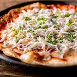 米粉の風味とちりめんじゃこの香りが相性抜群の「米粉の和風ピザ」