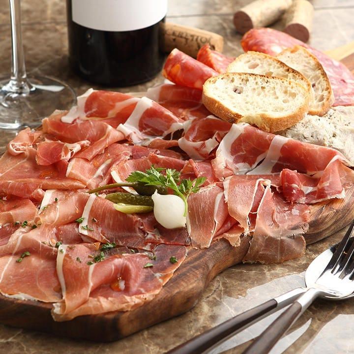 スペイン産直送の生ハムは、ほどよい塩気がワインに◎