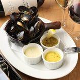 ゴルゴンゾーラ、スパイス、ブラックペッパー&ソルト、3種のソースからお選びいただける「ムール貝のワイン蒸し」。