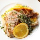イベリコ豚の旨みを逃がさぬようじっくりとローストし、爽やかなオレンジソースをかけてご提供。柔らかい肉身は噛みしめるほどにジューシーで食べ応えのある人気メニュー「イベリコ豚のロースト」。