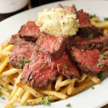 「反キングテンダーステーキ」は、牛ハラミ肉を重ね盛りした豪快な料理。ガーリックバターと一緒にどうぞ。