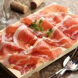 さっぱりとした味わいの「ハモン・セラーノ」は、他にはない脂の旨味が魅力。