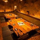 地下にある洞窟空間…土壁と天然木の掘り炬燵席をご準備。