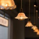 100年を超えるアンティークの照明で飾られたオシャレな店内