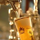 生ビールを一気に注ぎきる匠の技。 「伝統の一度注ぎ」