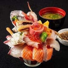 ネタを10種以上盛り込んだ限定海鮮丼