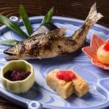 """""""食材"""" クセが少ない、香り豊かな天然の鮎を使用。"""