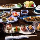 """""""定食"""" 様々な鮎料理や旬の食材を使用したフルコース。"""