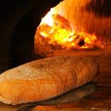 日々お出しするパンも、窯で焼く自家製。本場イタリアにも負けない、こだわりの逸品です