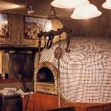 店とともに歴史を重ねるピザ窯。当店のアイコンとなっています