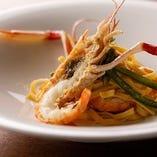 手長海老のタリオリーニは、パスタに絡まる魚介の旨味がたまらない逸品