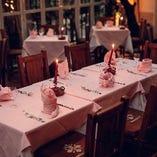 ピンクのテーブルクロスは、イル・ブッテロの顔の1つ。キャンドルに照らされて、優しい空間が広がります