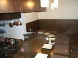 1階は鉄板の醍醐味オープンキッチンカウンター。