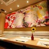 鮮やかな絵画を楽しめるテーブル席(2~12名様)