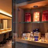 店主自らが厳選した全国各地の銘酒を、鮨・料理と共に楽しむ。