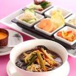一口サイズの料理と野菜入りスープそばセット レディースランチ
