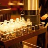 緑茶から黒茶まで11種類の中国茶を取り揃え、ワゴンサービスでの提供はインパクトあり