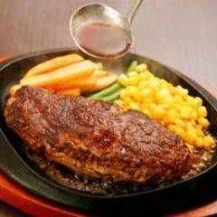 熱々鉄板!肉汁たっぷりな自家製ハンバーグもおすすめ◎