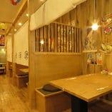 明るくレトロな雰囲気の店内には様々なタイプのお席をご用意!