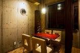 落ち着いた照明ゆったり過ごせる空間を演出。簡易個室。