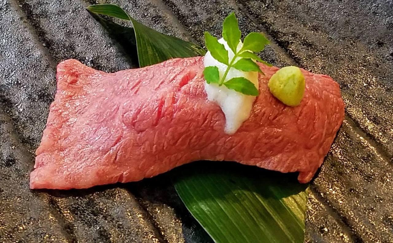 神戸牛炙り寿司 柚子風味の泡塩添え