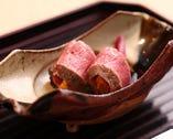 濃厚なウニを柔らかい牛肉で包んだ斬新な一品。
