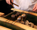 職人たちの手仕事を前に、料理への期待が高まる。