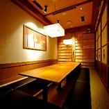 カウンターや小・中規模の個室、大人数での宴会も可能なお席あり