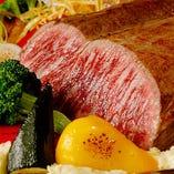 素材の仕入れにも目を光らせる肉料理は、皆様の満足をお約束