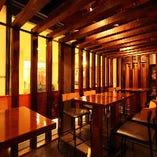 富山の蔵の扉や山形の杉が香る風情溢れる店内です。