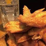 一晩漬け込んだ手羽唐は庭鶏自慢の逸品です。お好みの一杯と♪