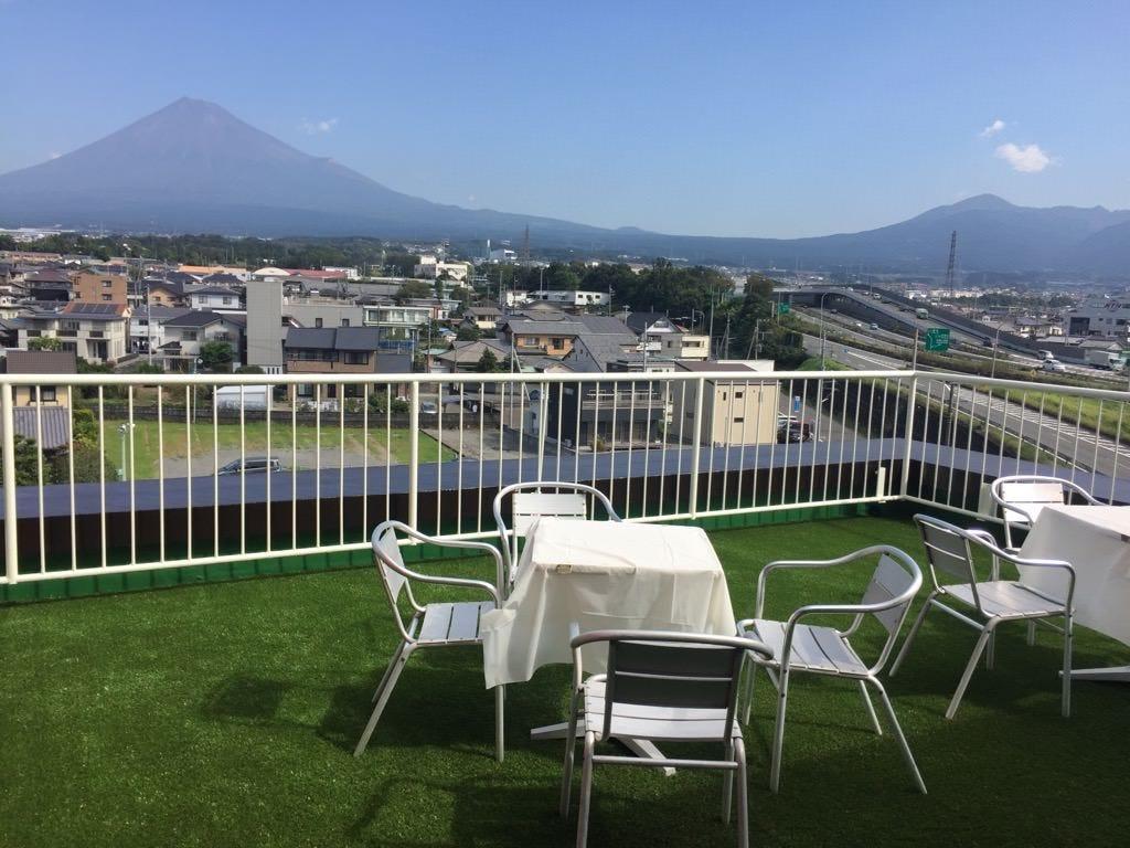 富士山側の席から見えるリニュアルしたテラスにも出られます。