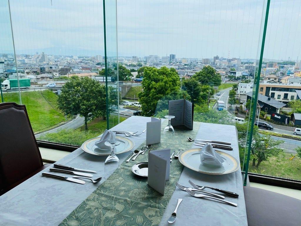 富士市街側のお席は、晴れた日には伊豆半島や海が見えます。