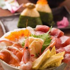 本日の鮮魚のはみ出る海鮮丼