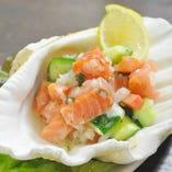 サーモンとトマト、胡瓜を揉み込んだハワイの定番料理「ロミロミサーモン」。