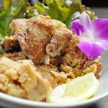 ディナーはお酒によくあうパパス(おつまみ)を多数ご用意しております。モチコをまびしたジューシーチキンの「モチコチキン」はハワイの定番唐揚です。