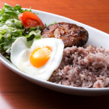 ハワイの定番料理の「ロコモコ」はとってもヘルシーで栄養満点の十五穀米を使用。【モチコチキン ロコモコ】【オリジナルグレービー ロコモコ】【テリヤキ ロコモコ】の3種の味。