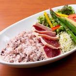 ヘルシーな十五穀米を使用したライスボウルは「蒸し鶏のベジライスボウル」「サーモンソテーのライスボウル」「アヒ(まぐろ)のフェンネルソースライスボウル」の3種類。