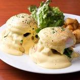人気急上昇の「エッグベネディクト」はディナー限定販売。2種の味をご用意しております。
