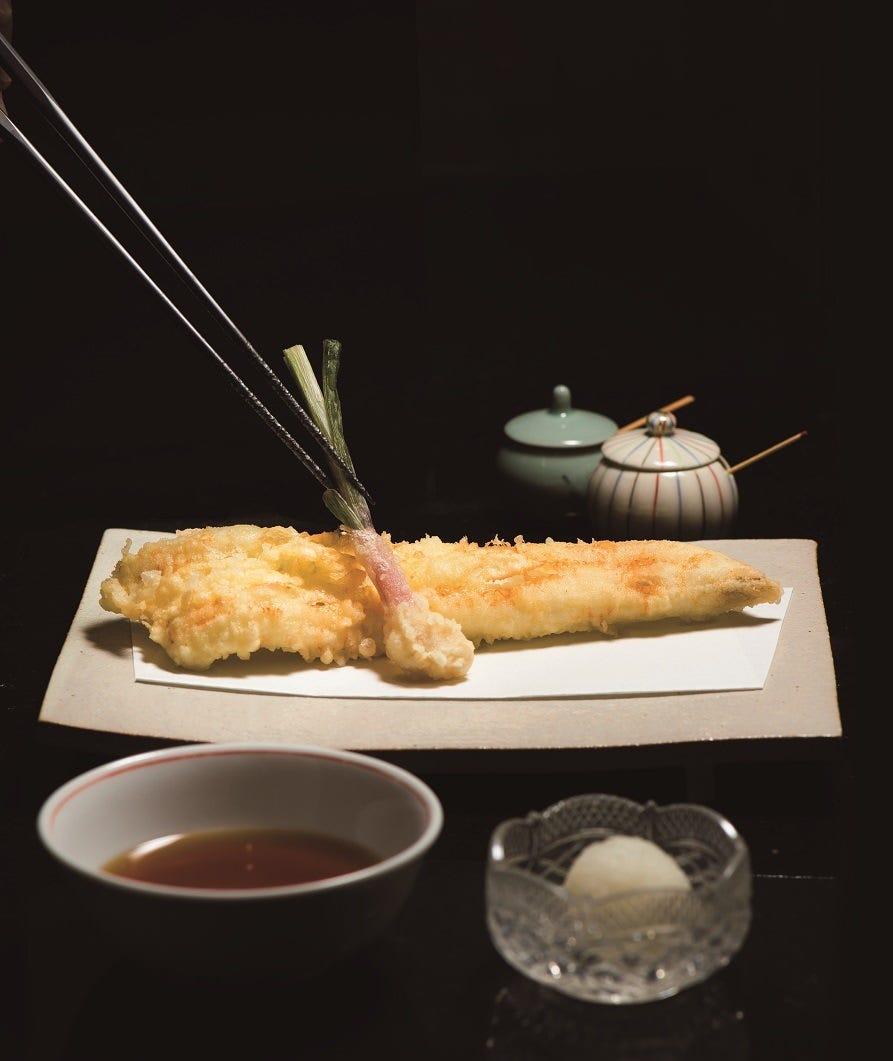 熟練された職人が目の前で揚げる天ぷらは格別の味わいです