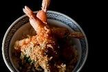 ランチで人気のどんぶりといえば海老天丼。揚げたての天ぷらに三太郎秘伝のタレが絶妙です。海老天丼 ¥1,500